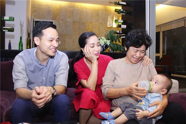 Mẹ của Ốc Thanh Vân bất ngờ đưa cháu ngoại đột nhập trường quay - Tin sao Viet - Tin tuc sao Viet - Scandal sao Viet - Tin tuc cua Sao - Tin cua Sao
