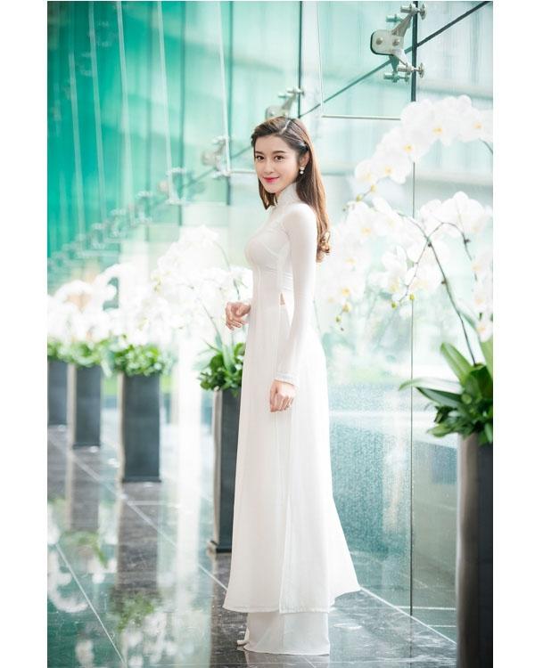 Tuy nhiên, khi tham dự những sự kiện mang tính chất giao lưu văn hóa, truyền thống hay trang nghiêm thì áo dài trắng lại là trang phục gắn liền với Á hậu Việt Nam 2014.