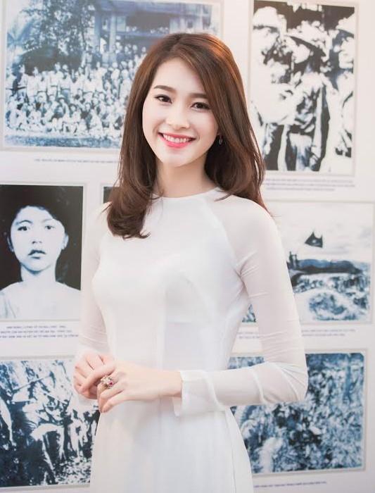 Hoa hậu Đặng Thu Thảo trẻ trung trong thiết kế có phần cổ tròn.