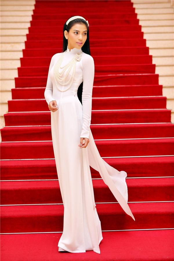 """Á hậu Trương Thị May có thể được xem là mĩ nhân """"chung tình"""" nhất với áo dài truyền thống. Sắc trắng tinh khôi mang đến vẻ ngoài nhẹ nhàng cũng như tôn lên làn da bánh mật khỏe khoắn của cô."""
