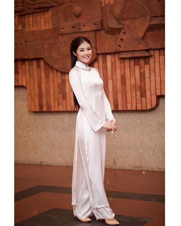 Ngọc Hân hóa thân thành người phụ nữ Việt Nam trong những ngày xưa cũ với bộ áo dài trắng trên nền chất liệu vải bóng kết hợp cùng kiềng bạc.