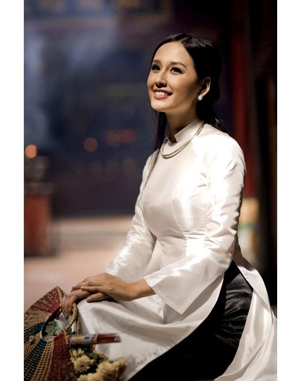 Trong khi đó, hoa hậu Mai Phương Thúy lại chọn diện áo dài trắng cùng quần phi đen khá ấn tượng.