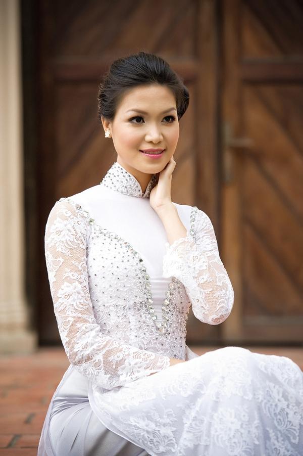 Bộ áo dài của Hoa hậu Việt Nam 2008 Thùy Dung khá cầu kì khi được đính kết nhiều chi tiết cũng như kết hợp những chất liệu khác nhau.