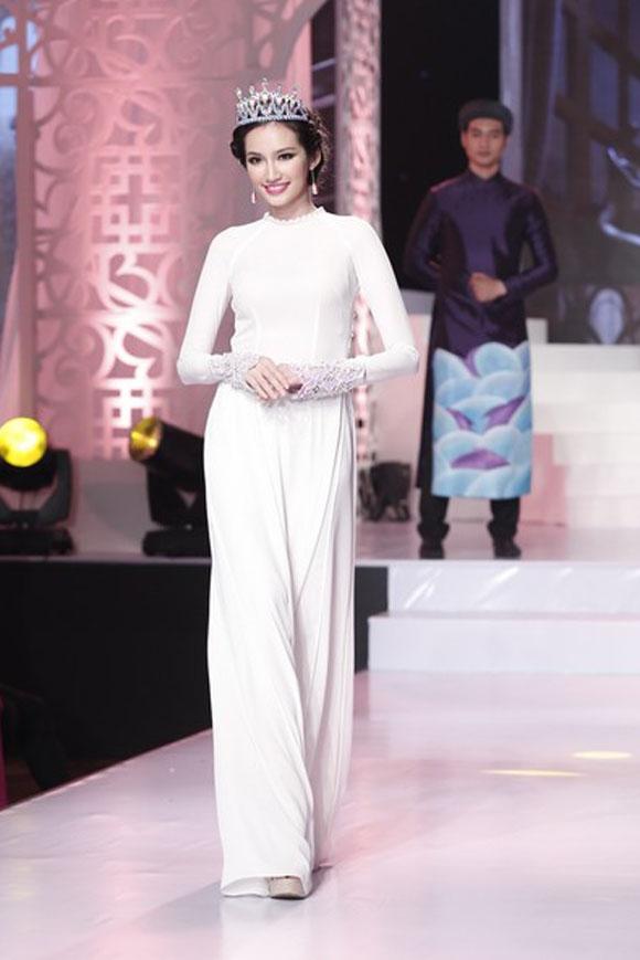 Trúc Diễm nhẹ nhàng nhưng đầy thu hút khi diện áo dài trắng trên sàn diễn thời trang.