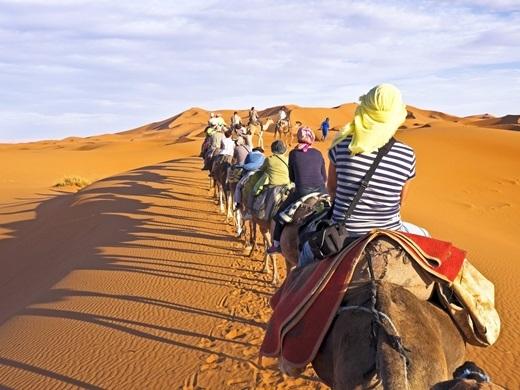 Với điểm thu hút du lịch là thành phố Casablanca xinh đẹp, Moroccothật sự là một thị trường gia vị trù phú cùng những danh lam thắng cảnh đậm chất siêu thực, cácnhà thờ Hồi giáo cùng với nét đặc trưng làbộ môn lướt sóng thuộc đẳng cấp thế giới. Ẩm thực ở đây cũng mang lại cho du khách những trải nghiệm thú vị từ sự pha trộn của Ả Rập, châu Phi, Ba Tư và Pháp.(Ảnh: Business Insider)