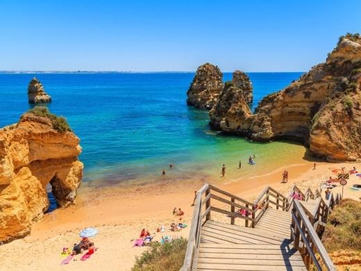 """""""Nhỏ nhưng có võ"""", người hàng xóm của Tây Ban Nha có một nền văn hóa, ẩm thực và ngôn ngữ hết sức đặc sắc. Vào mùa hè, hãy đi về phía tây ngôi làng Comporta để tận hưởng thiên đường tạiđảo Ibiza và đừng quên mang theo thức uống nổi tiếng của đất nước xinh đẹp này – rượu thung lũng Douro.(Ảnh: Business Insider)"""