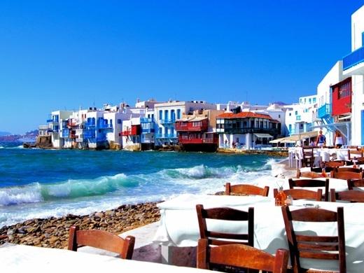 Thành phố Athens là một trong những nơinhất-định-phải-đếnvào năm 2015 cho mọi tín đồ du lịch trên toàn thế giới. Trong bối cảnh của cuộc khủng hoảng tài chính, một loạt các bảo tàng mới, khách sạn và cửa hàng đang thúc đẩy sự phục hưng văn hóa ở thủ đô. Đối với khách du lịch, các vùng nước màu ngọc lam và không khí thấm đẫm muối biển ở Mykonos sẽ là một dấu ấn không phai.(Ảnh: Business Insider)