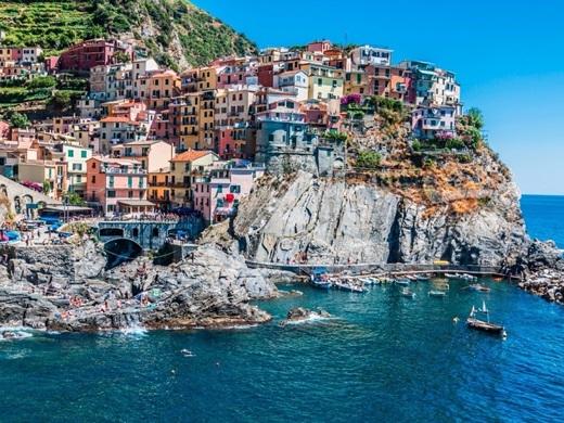 """Ai mà không """"chết mê chết mệt"""" mì Ý và những mĩ nam mĩ nữ của đất nước này? Đến Ý, việc của du khách chỉ là… giải trí: nhâm nhi rượu vang hàng giờ liền ở Venice, đánh bạn với chiếc võng trên một biệt thự ở Tuscany hoặc tắm nắng trên những vách đá Riomaggiore.(Ảnh: Business Insider)"""