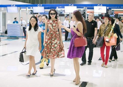 """ Tân Hoa hậu Việt Nam từng khiến cư dân mạng """"sững sờ"""" với hình ảnh được mẹ hộ tống tại sân bay. - Tin sao Viet - Tin tuc sao Viet - Scandal sao Viet - Tin tuc cua Sao - Tin cua Sao"""