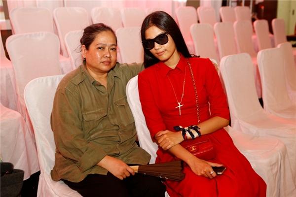 Mẹ của Trương Thị May luôn kề bên để hỗ trợ con gái trong mọi sự kiện. - Tin sao Viet - Tin tuc sao Viet - Scandal sao Viet - Tin tuc cua Sao - Tin cua Sao