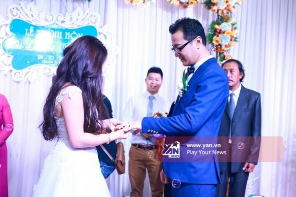 Hai vợ chồng thực hiện những nghi lễ trong ngày cưới như trao nhẫn. - Tin sao Viet - Tin tuc sao Viet - Scandal sao Viet - Tin tuc cua Sao - Tin cua Sao