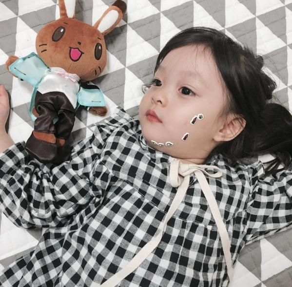 Cô nhóc này sở hữu những bộ đồ thời trang vô cùng xinh đẹp và đa dạng.(Ảnh:Internet)