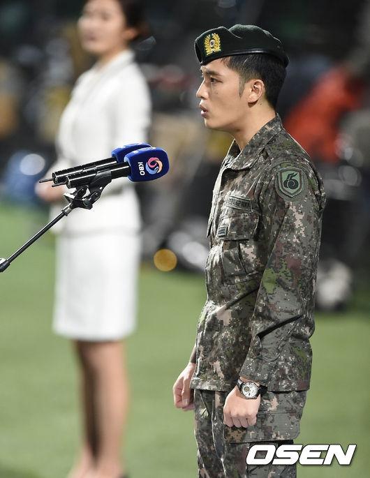 """Hết hát sai quốc ca, Jaejoong lại """"cả gan"""" dán ngược quốc kì"""