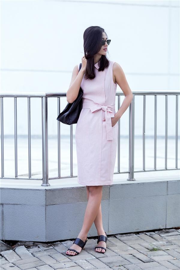Sắc hồng ngọt ngào càng làm tôn lên nét nữ tính, điệu đà cho các cô gái. Với kiểu dáng này các bạn có thể vừa diện đến công sở vừa có thể sử dụng làm trang phục dạo phố khi kết hợp thêm một vài phụ kiện vui mắt.