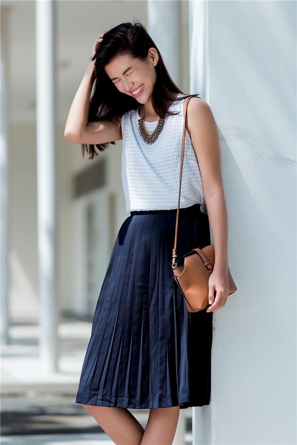 Chân dài Thiên Trang khéo léo chọn phối giữa chiếc áo không tay tông trắng thanh lịch cùng chân váy xòe xếp li điệu đà, nhẹ nhàng. Sự tương phản giữa hai tông màu sáng - tối lại giúp các cô nàng trở nên nổi bật, thu hút hơn.