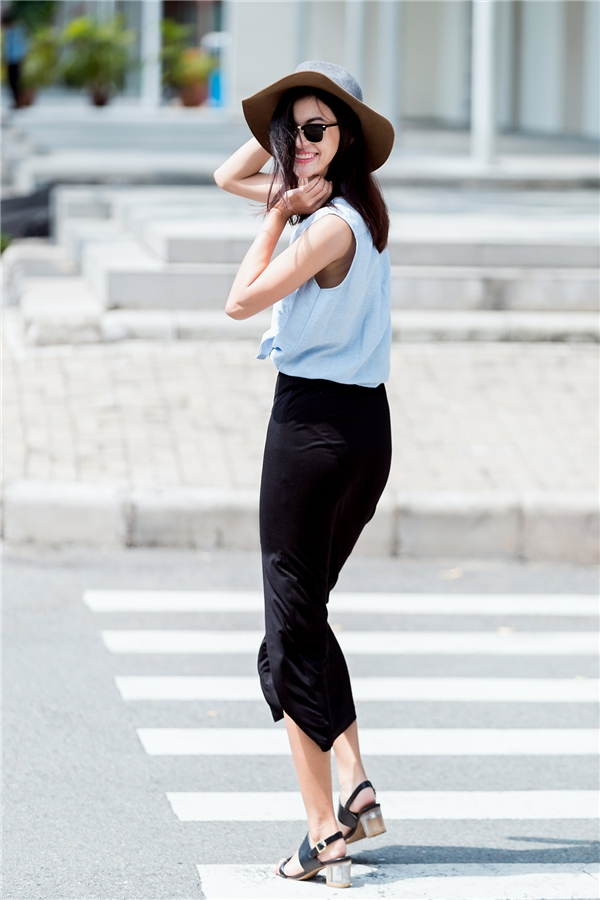 Bộ trang phục khá đơn giản kết hợp giữa áo buộc eo cùng chân váy maxi xẻ tà đã trở nên thu hút hơn nhờ chiếc mũ fedora, mắt kính đi kèm.