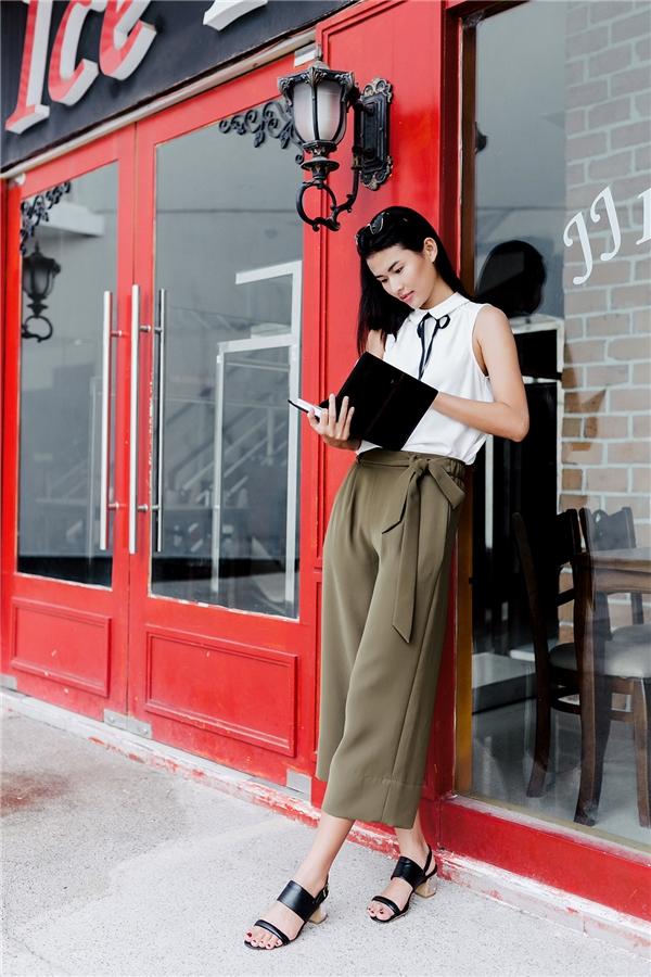 Hình ảnh của những quý cô cổ điển, thanh lịch được Thiên Trang khắc họa sắc nét qua sự kết hợp giữa quần culottes tông beige đậm cùng áo trắng không tay đơn giản.Dù phần thắt lưng bằng vải đồng điệu về tông màu với chiếc quần nhưng lại trở thành một điểm nhấn khá thú vị.
