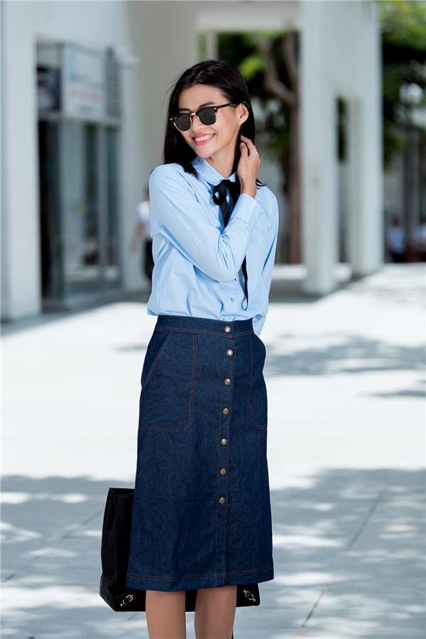 Nếu như sắc xanh thiên thanh của chiếc áo sơ mi mang đến sự trẻ trung, năng động thì chân váy denim cài cúc giữa lại thể hiện tinh thần hoài cổ khá thú vị.