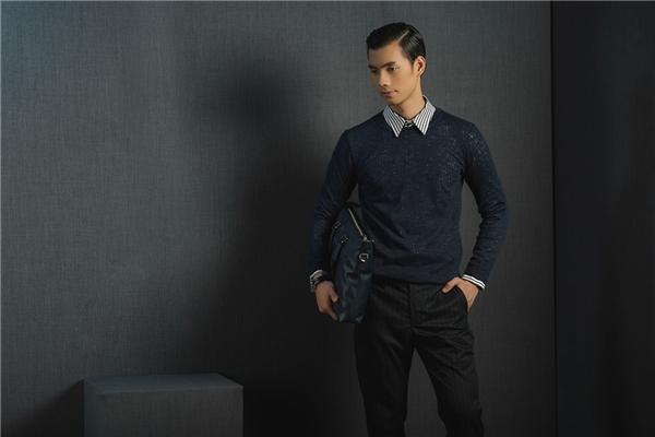 Ngoài áo vest, các chàng trai có thể kết hợp cùng áo phông để cổ bên ngoài nhằm mang đến vẻ ngoài trẻ trung, năng động hơn. Đây cũng là cách phối trang phục thường được ưa chuộng trong những ngày tiết trời trở lạnh.