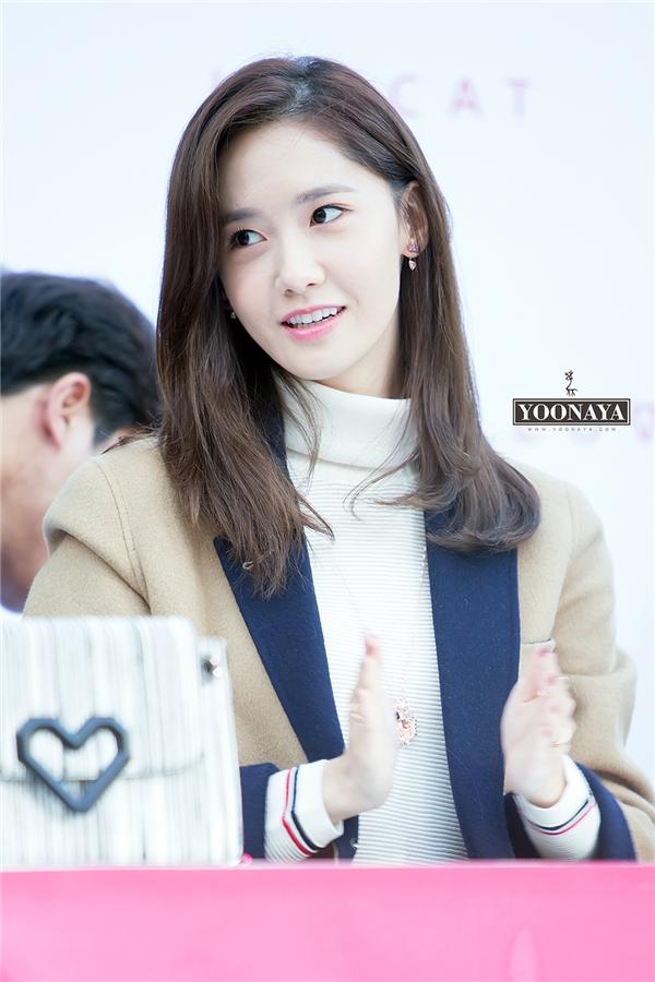 """Không hổ danh là """"nữ thần Kpop"""", Yoona(SNSD)xếp thứ hai trong danh sách được đánh giá là gương mặt đại diện đình đám nhất làng giải trí xứ Hàn hiện nay. Ngoài vẻ ngoài """"nhìn đâu cũng đẹp"""", nữ thần tượng còn chinh phục trái tim các fan nhờ tính cách năng động, vô cùng đáng yêu."""