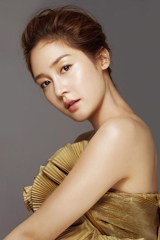 """Cùng với S.E.S, Fin K.Lcũng """"làm mưa làm gió"""" làng nhạc Hàn vào những năm 90. Trong số 4 thành viên, vẻ ngoài tươi trẻ đầy sức sống của Sung Yuri luôn khiến đàn em ngưỡng mộ và ganh tị."""