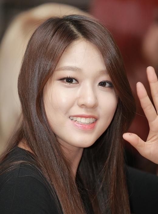 Vẻ ngoài đậm chất nữ thần của Seolhyun (AOA) không ít lần khiến cư dân mạng cũng phải xuýt xoa. Dù chỉ vừa bước sang tuổi 20 nhưng nữ thần tượng đã sớm sở hữu thân hình quyến rũ, toát lên sức hút khó cưỡng.