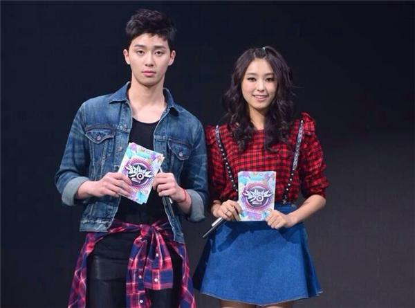 Park Seo Joon làm MC trong chương trình Music Bank.