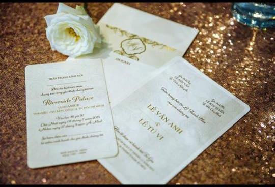 Mới đây, hình ảnh đầu tiên về thiệp cưới của cặp đôi này đã được hé lộ. Thiệp được thiết kế khá đơn giản với phông nền trắng nhưng vô cùng bắt mắt bởi tông màu vàng kim của chữ in. - Tin sao Viet - Tin tuc sao Viet - Scandal sao Viet - Tin tuc cua Sao - Tin cua Sao