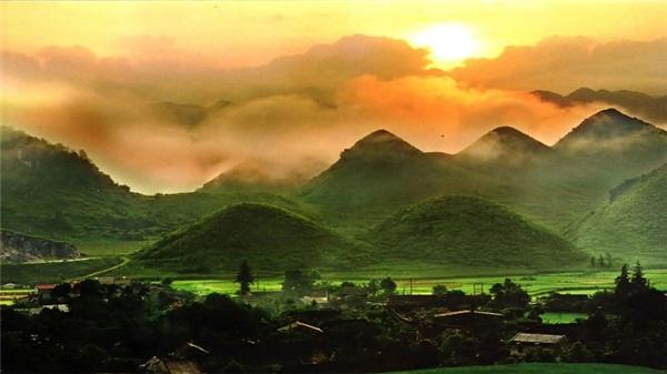 Núi đôi Quản Bạ nên thơ, quyến rũ dưới ánh hoàng hôn. (Ảnh: Internet)