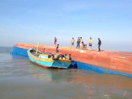 Tàu 2.000 tấn chìm trong đêm ở TP.HCM, 5 người mất tích