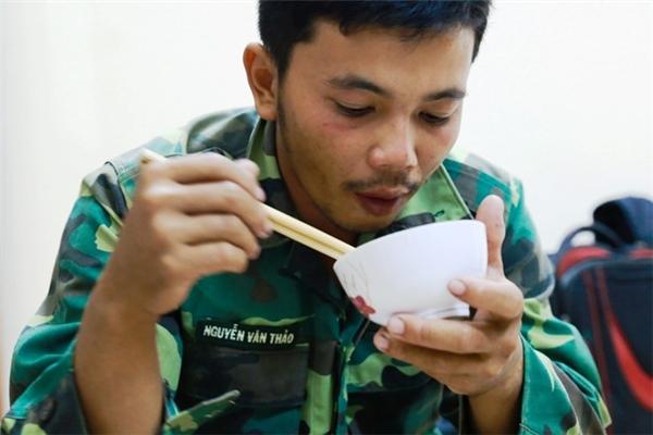 Thuyền viên Trần Minh Sang và 10 người được cứu vẫn chưa hết bàng hoàng vì vụ tai nạn trên biển. Ảnh: Zing.vn