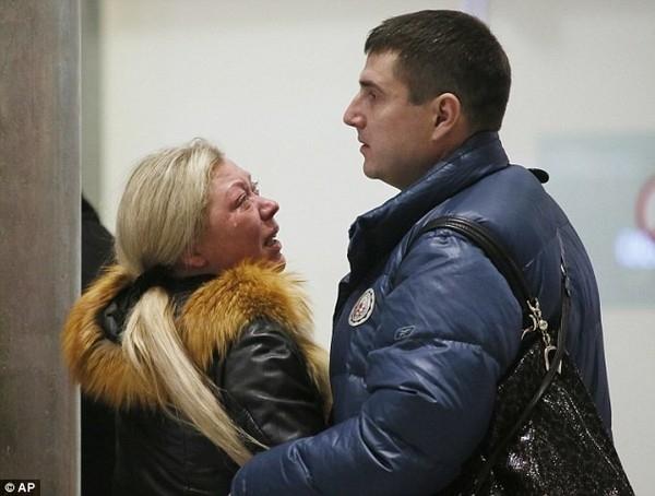 """Người phụ nữ này không thể kìm được nước mắt khi đến sân bay để nghe thông báo tình hìnhvụ tai nạn. Một người giấu tên có bố mẹ là hành khách trên chuyến bay nói với rằng: """"Tôi hi vọng họ vẫn còn sống, nhưng có thể tôi sẽ không bao giờ gặp lại họ"""". Ảnh: AP"""