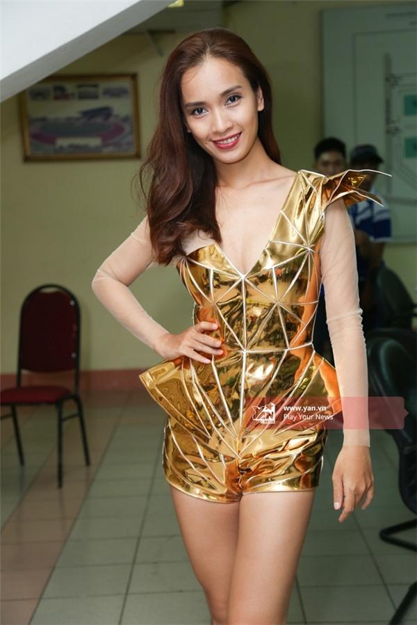 Ái Phương nổi bật trong bộ jumpsuit vàng óng ánh. - Tin sao Viet - Tin tuc sao Viet - Scandal sao Viet - Tin tuc cua Sao - Tin cua Sao