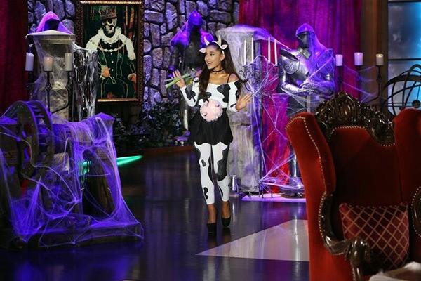 Nữ ca sĩ Ariana Grande hóa thân thành nhân vật Jack Skellington. Xuất hiện trong The Elle Show, cô nàng lại trở thành cô bò sữa đáng yêu.