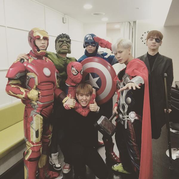"""Ngày 30/10 vừa qua, các chàng trai GOT7 vừa """"làm loạn"""" trước cổng đài truyền hình KBS khi thi nhau hóa thân thành các siêu anh hùng trong loạt truyện của hãng Marvel."""