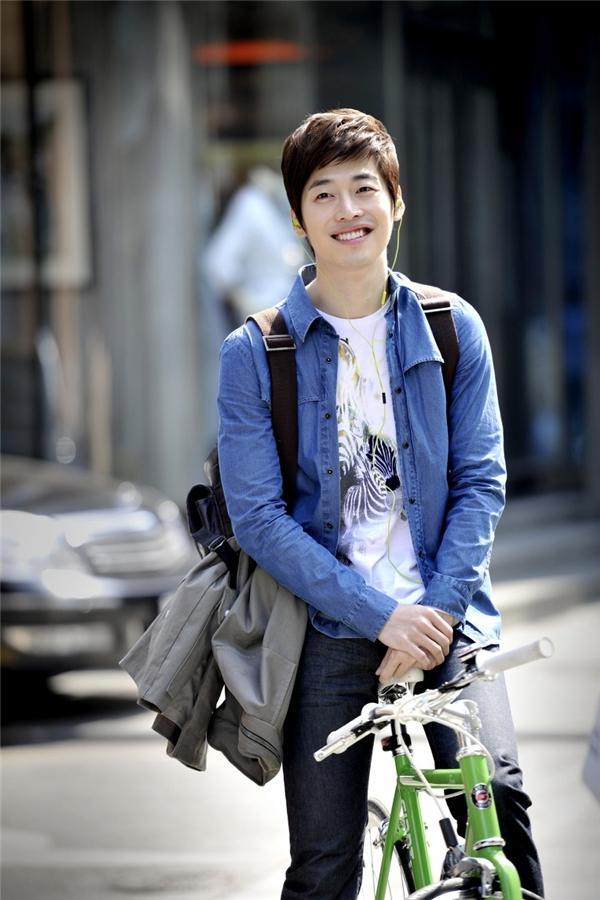 """Không hổ danh là """"hoàng tử nụ cười"""", Kim Jae Won dễ dàng khiến trái tim fan nữ thổn thức với nụ cười hoàn mĩcủa mình."""