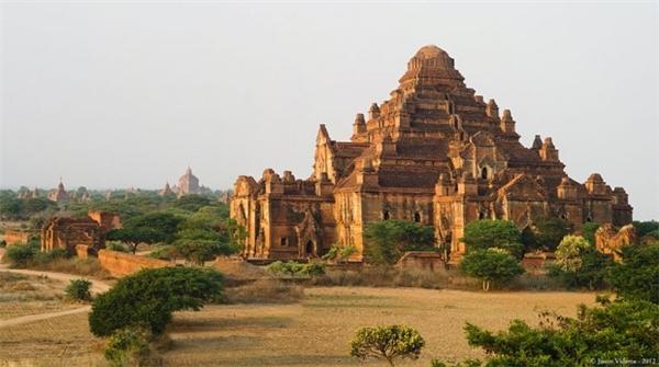 Ngôi đền Dhammayangyi bằng gạch nung giữa quần thể Bagan cổ nổi tiếng với hình dáng là một chiếc kim tự tháp to lớn, đồ sộ, lấn át mọi công trình khác. Tuy nhiên, sau khi vua Narathu – người cho khởi công xây dựng ngôi đền này bị ám sát, công trình bị ngừng thi công rồi bỏ hoang từ đó.(Ảnh: Internet)