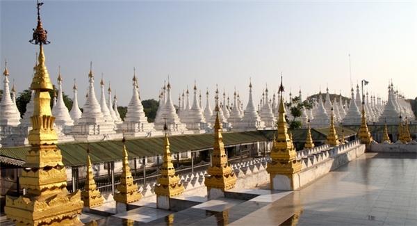 Chùa Kuthodaw được xây dựng năm 1857, là một quần thể bao gồm ngôi chùa chính và 730 tháp nhỏ xếp gọn gàng theo 3 hành xung quanh. Đặc biệt, chùa này có một cuốn sách khổng lồ được làm từ đá ghi chép lại kinh Phật và phải mất đến 450 ngày mới có thể đọc và hiểu hết toàn bộ cuốn sách này.(Ảnh: Internet)