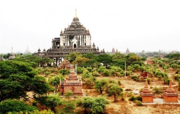 Được xây dựng vào giữa thế kỉ12, đền Thatbyinnyu được coi là ngôi đền cao nhất tại Bagan. Nhìn bề ngoài, đền Thatbyinnyu đồ sộ, quét vôi trắng, trông giống như một tu viện Thiên chúa giáo thời Phục Hưng ở châu Âu. Theo lời kể, đền Thatbyinnyu là kho tàng bích họa của nghệ thuật Phật giáo Myanmar, nhưng trong những đợt trùng tu người ta đã quét vôi trắng lên tường, làm mất hết các bức họa quý giá.(Ảnh: Internet)
