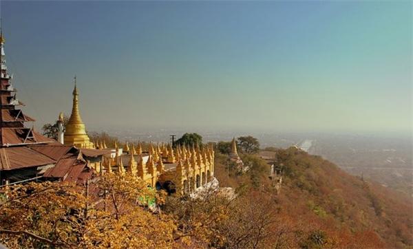 Leo lên ngọn đồi Mandalay là một trải nghiệm không thể bỏ qua khi du lịch Myanmar. Từ đỉnh đồi, bạn có thể phóng tầm mắt ra xa và ngắm khắp thành phố cổ nằm rải rác bên đồng bằng Mandalay.(Ảnh: Internet)