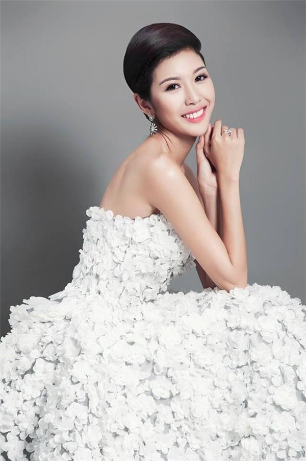 Phạm Hồng Thúy Vân sinh năm 1993 và từng tốt nghiệp Nhạc viện TP.HCM. Hiện cô đang làm việc tại một kênh truyền hình về tài chính khá nổi tiếng. Năm 2014, Thúy Vân tham gia Hoa khôi Áo dài Việt Nam và giành được vị trí á khôi 1. Với danh hiệu này, Thúy Vân chính thức trở thành đại diện của Việt Nam tham dự Hoa hậu Quốc tế lần thứ 55. - Tin sao Viet - Tin tuc sao Viet - Scandal sao Viet - Tin tuc cua Sao - Tin cua Sao