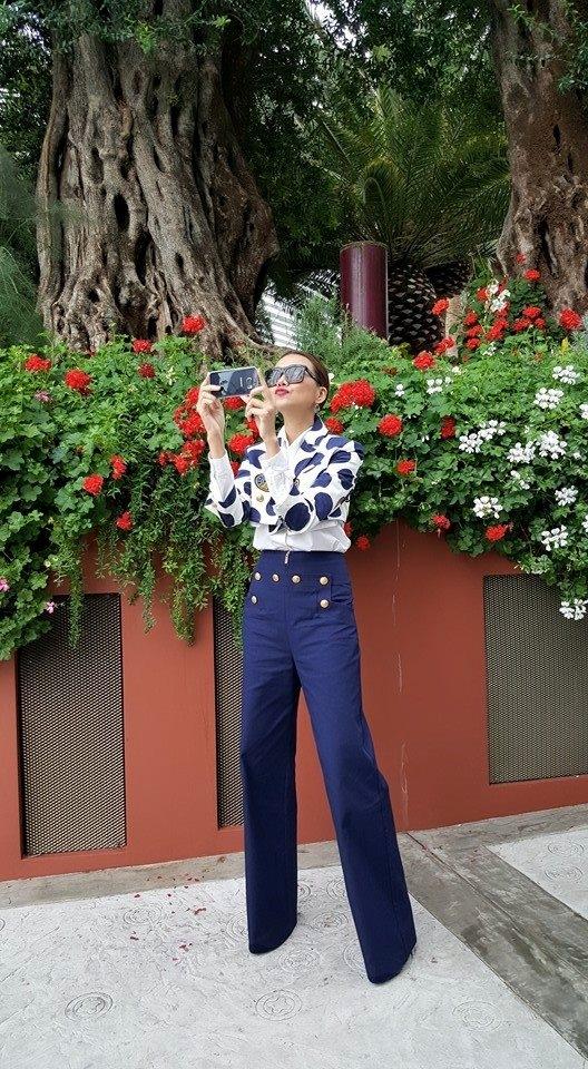 Sở hữu đôi chân dài đáng mơ ước,Thanh Hằngluôn tự tin diện những dáng quần cạp cao, ống loe rộng. Được biết chiếc quần này có giá gần 17 triệu đồng của thương hiệu nổi tiếngKenzo.
