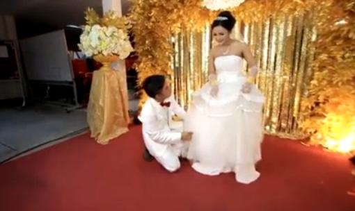 Nhẹ nhàng chỉnh váy cho cô dâu. (Ảnh Internet)