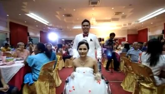 Chú rể cùng cô dâu tiếnvào lễ cưới trong sự chào đón của rất đông bạn bè, người thân. (Ảnh Internet)