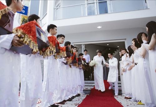 Lễ đính hôn được diễn ra tại nhà của nữ người mẫu với sự góp mặt của nhiều bạn bè thân thiết. - Tin sao Viet - Tin tuc sao Viet - Scandal sao Viet - Tin tuc cua Sao - Tin cua Sao