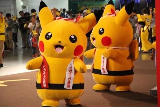 Các chú Pikachu này thường đứng ở những nơi công cộng, khu mua sắm và khu vui chơi, giải trí của trẻ em nhằm thu hút khách tham quan.