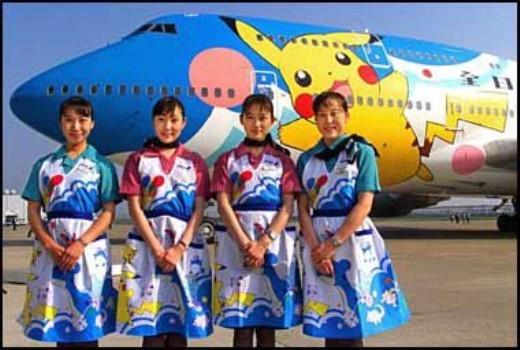 Chiếc máy bay được vẽ kín với hình Pikachu ngộ nghĩnh.