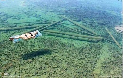 Theo bạn, hồ nước này sâu bao nhiêu? Câu trả lời là 112m đấy! (Ảnh: Internet)