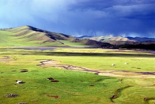 Trong hình là dãy núi Khangai thả dốc thoai thoải xuống đồng cỏ bạt ngàn bên dưới. Đỉnh núi cao nhất trong dãy là Otgontenger với độ cao 4.000m.(Ảnh: Internet)