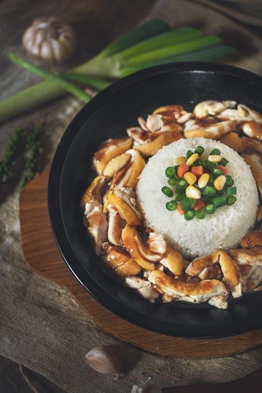 Phần cơm được chế biến và giữ trong chảo gang nên độ nóng luôn được đảm bảocho đến những miếng cuối cùng. Có nhiều phần ăn đa dạng ngon lành cho bạn lựa chọn như thịt gà, thịt bò… đủ làm ấm bụng và no nê cho một buổi tối đẹp trời.(Ảnh: Internet)